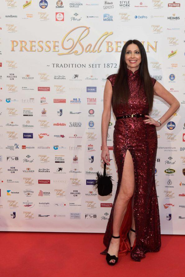 Lorena Baricalla in Raquel Balencia sul red carpet Presseball Berlin 2019 17 595x891 - Lorena Baricalla, Guest of Honor at the Presseball Berlin