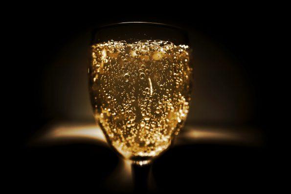 verres champagne 2 595x397 - Royal Bubbles Champagne Heritage Prince Henri D'Orléans