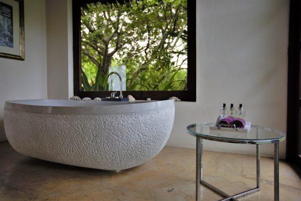 bath 1 595x397 - Chuiba Bay Lodge, a private paradise in Mozambique