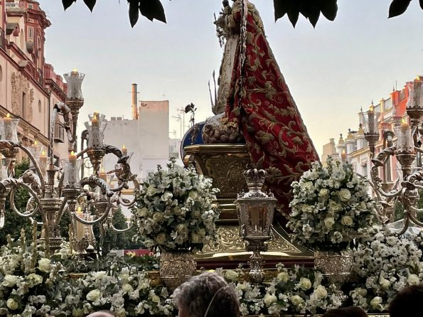 SEVILLA PROCESIÓN 595x446 - Seville, one of the most amazing cities in Spain